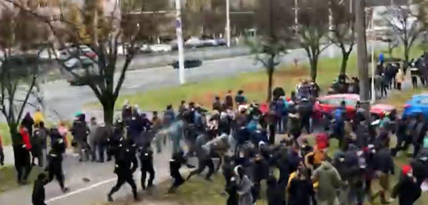 В Минске силовики применили против протестующих слезоточивый газ, начались задержания