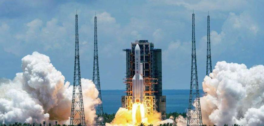 Китай запустил ракету на Луну для сбора образцов грунта