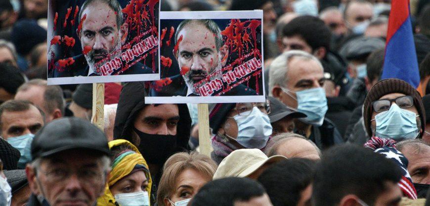 В Ереване протестующие попытались не пропустить Пашиняна в здание правительства. Начались задержания