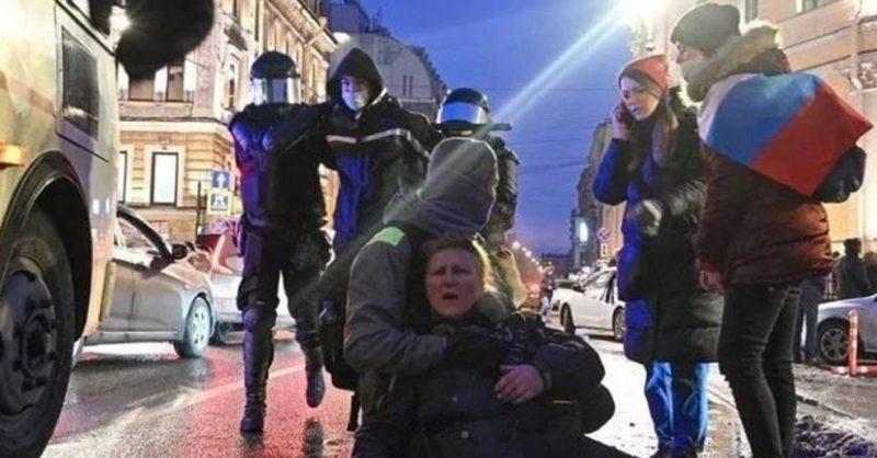 СК отказался возбуждать дело против полицейского, ударившего женщину на митинге