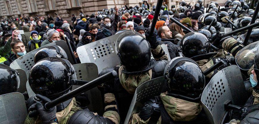 Путин ужесточил наказания за неповиновение силовикам на митингах и за публикации об иноагентах без маркировки