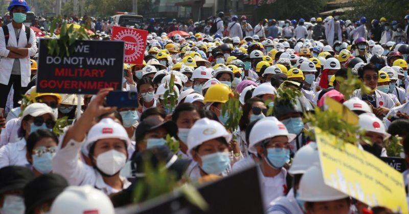 В Мьянме полиция открыла огонь по демонстрантам, протестующим против военного переворота