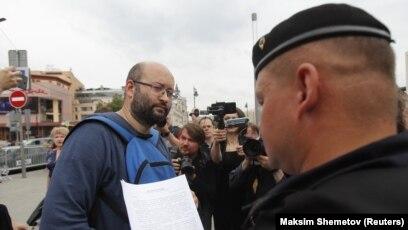 Журналист Илья Азар приговорен к 15 суткам ареста и штрафу 150 тыс. руб. за призывы к участию в акциях протеста