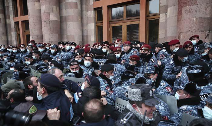 Оппозиция Армении ворвалась в здание правительства и провела акцию с требованием отставки Пашиняна