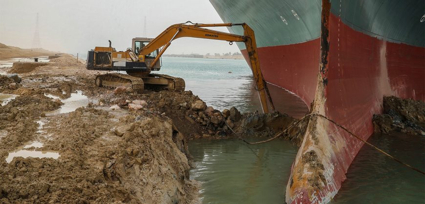 Заблокировавшее Суэцкий канал гигантское судно не удалось снять с мели даже во время прилива