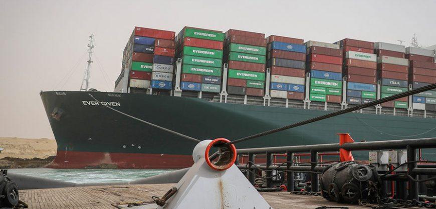 Перекрывший Суэцкий канал гигантский контейнеровоз сняли с мели. Помогли разгрузка и полнолуние