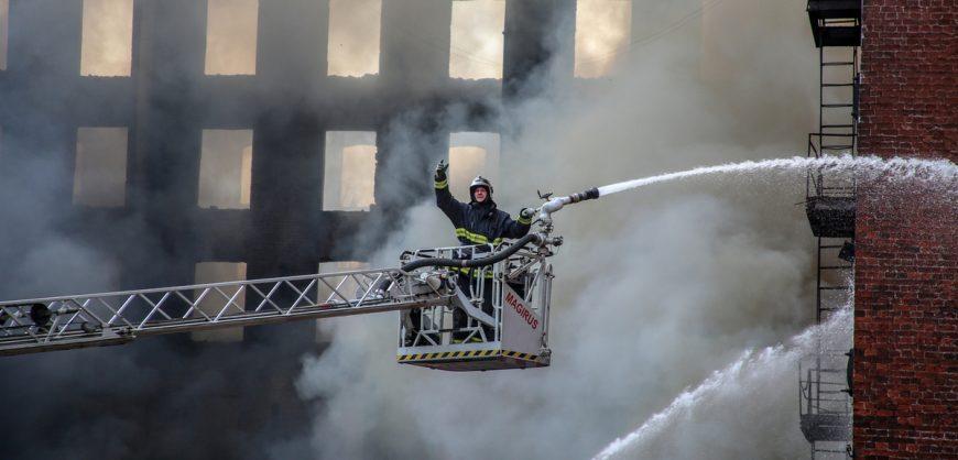 В Петербурге пятые сутки тушат пожар в «Невской мануфактуре»