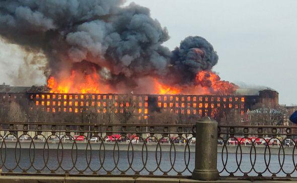 В Петербурге полностью сгорело историческое здание «Невской мануфактуры»