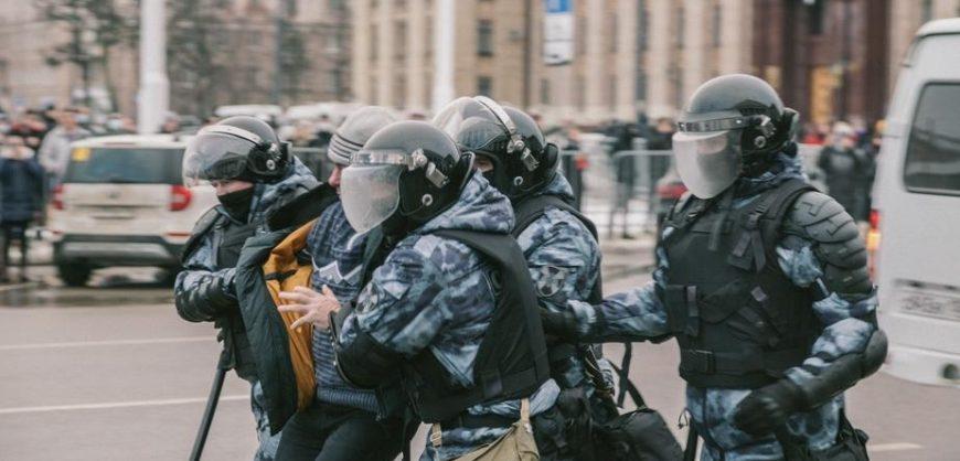 По всей России проходят обыски и задержания в день назначенной сторонниками акции за Навального