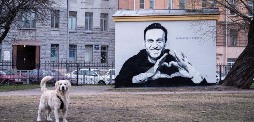 В Петербурге коммунальщики закрасили граффити «Герой нового времени» с Алексеем Навальным