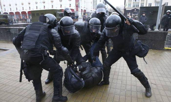 Лукашенко разрешил силовикам применять спецсредства, оружие и боевую технику при разгоне митингов