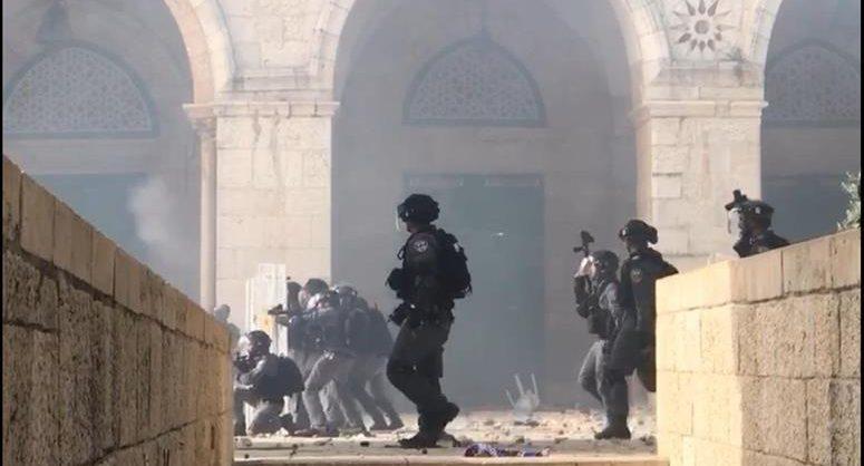 В Иерусалиме палестинцы атаковали ворота на Храмовую гору. В беспорядках пострадали сотни людей