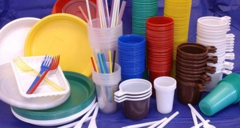 В России хотят запретить пластиковую посуду, трубочки и ватные палочки