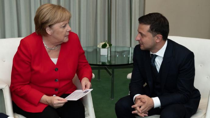 Меркель пригласила Зеленского в Берлин для обсуждения урегулирования в Донбассе