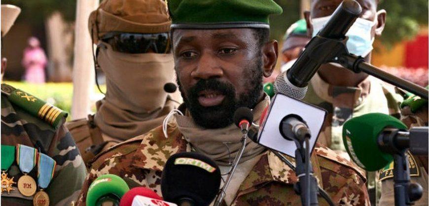 На президента Мали напали с ножом во время службы в мечети