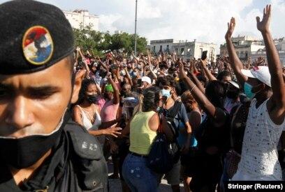 США пообещали санкции за поддержку подавляющей протесты полиции Кубы