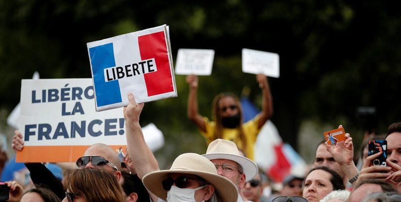 Парламент Франции принял закон о санитарных пропусках несмотря на массовые протесты