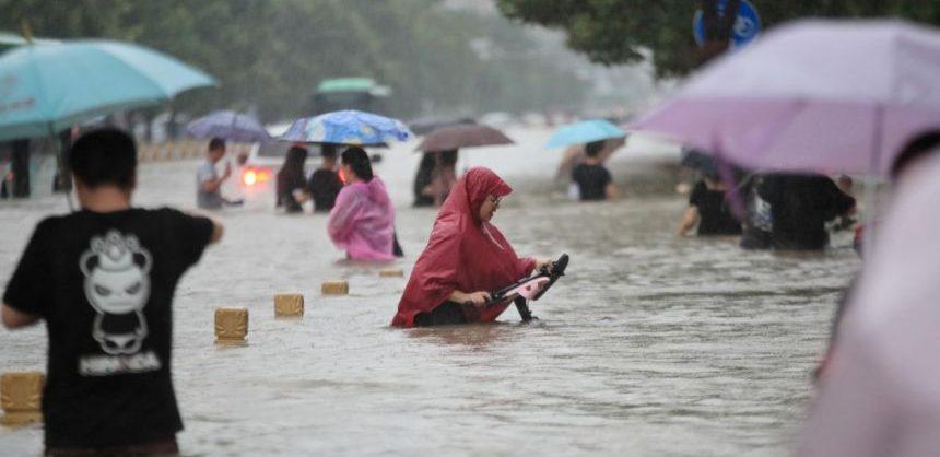 На центральный Китай обрушились мощные ливни. Сотни тысяч человек эвакуированы, инфраструктура парализована