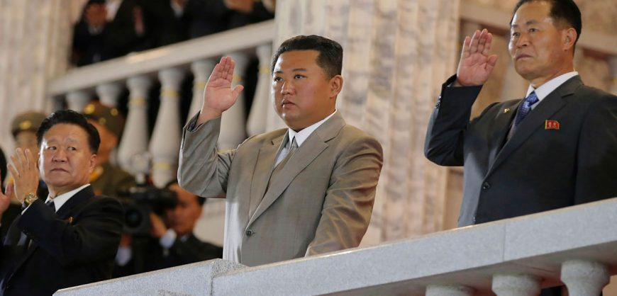 Похудевший Ким Чен Ын появился на военном параде в Пхеньяне