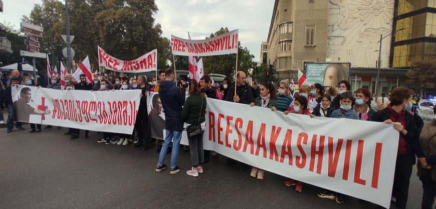 В Тбилиси проходит массовый митинг с требованием освободить Саакашвили
