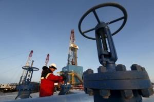 Рабочий на Имилорском нефтяном месторождении Лукойла близ Когалыма