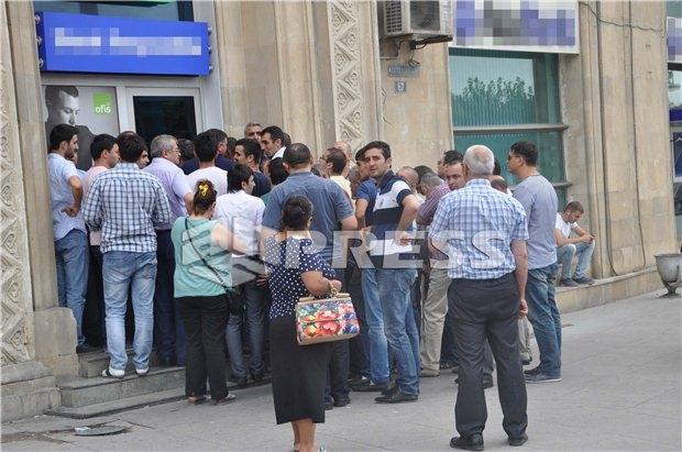 Азербайджан ограничил реализацию валюты, чтобы сдержать падение маната