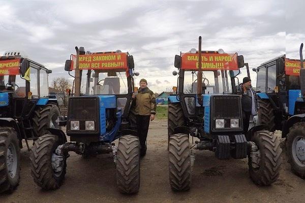 Группа российских фермеров начала «тракторный марш» протеста наМоскву
