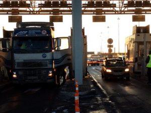 В Петербурге дальнобойщики заблокировали ЗСД, протестуя против введения платы