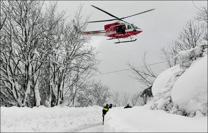 Cотрудники экстренных служб извлекли изнакрытого лавиной отеля вИталии шесть человек