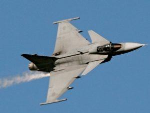 Неопознанный военный самолет опасно сблизился с российским лайнером в районе Курил