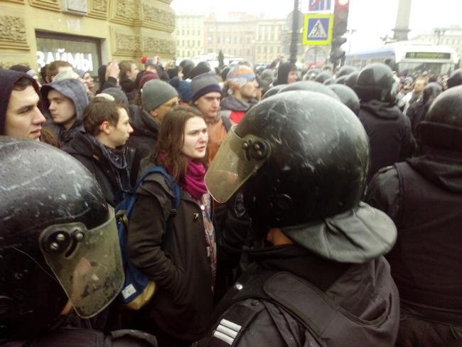 ОМОН удерживает репортеров имитингующих наплощади Восстания, используют электрошокеры