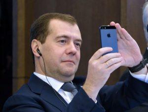 Песков объяснил отсутствие Медведева на совещании у Путина «его графиком работы»