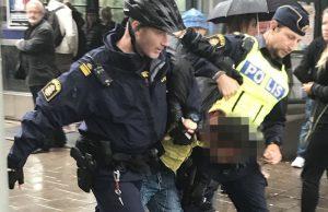 В Стокгольме мужчина напал с ножом на полицейского