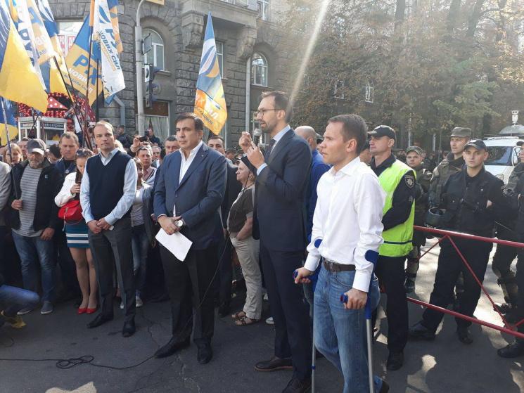 Саакашвили проводит митинг возле здания администрации Порошенко