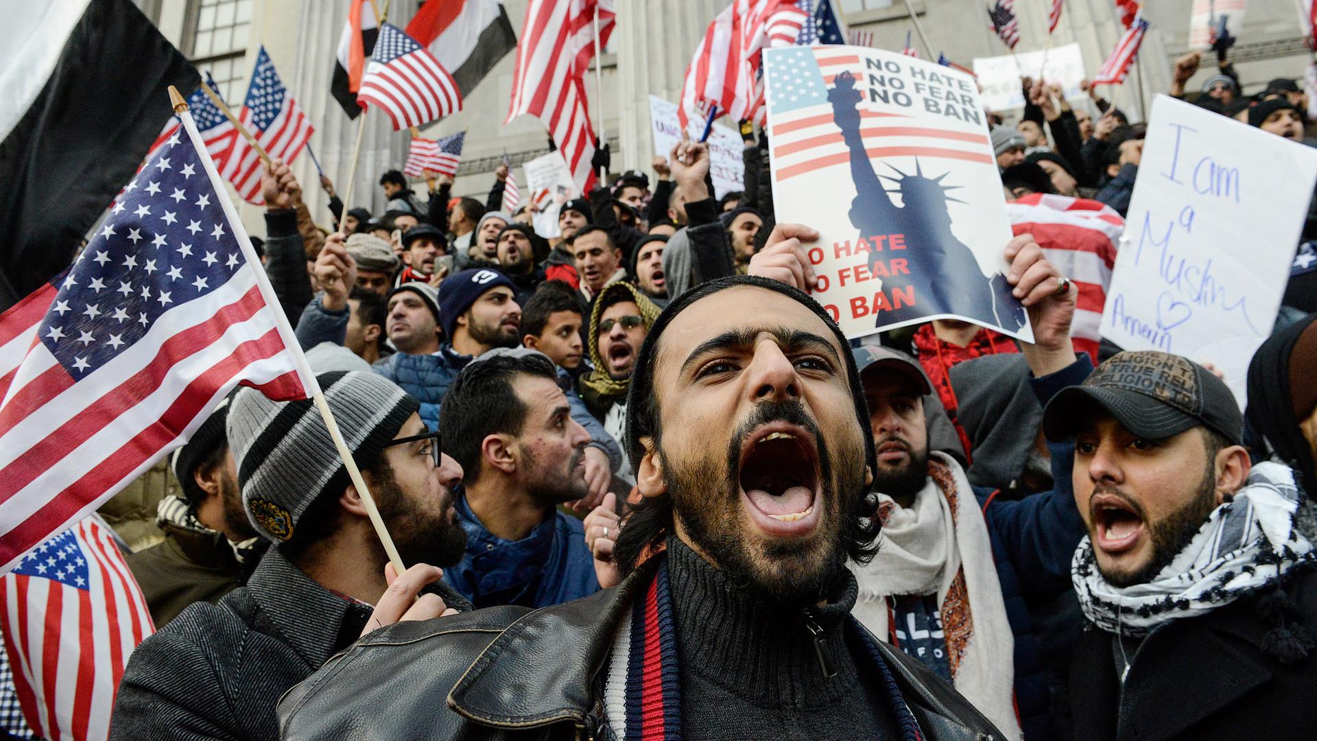 Трамп подписал указ против въезда мигрантов