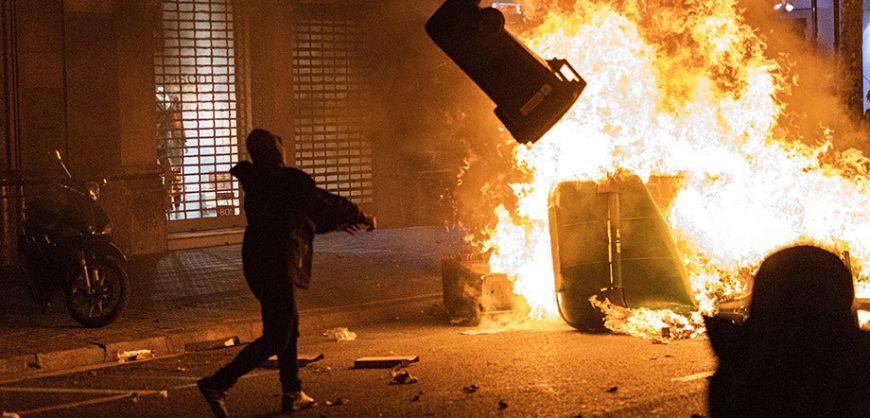 В ходе массовых беспорядков в Барселоне пострадали более 40 человек