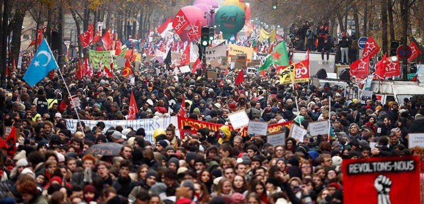 Во Франции поднимают пенсионный возраст; протесты идут уже неделю