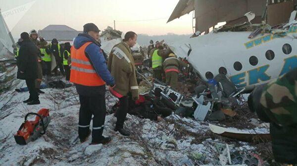 При крушении пассажирского самолета в Алма-Ате погибли 14 человек