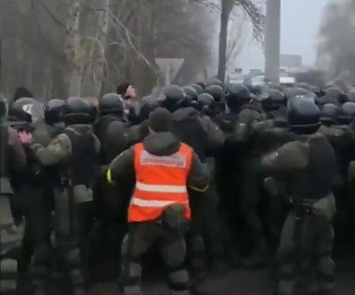 Эвакуированных из Китая украинцев в Санжарах охраняют 400 нацгвардейцев