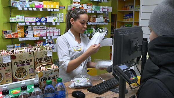 Путин потребовал закрывать аптеки за взвинчивание цен на медицинские маски