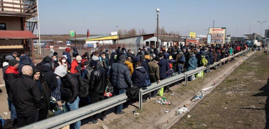 Тысячи украинцев штурмуют КПП на границе с Польшей, чтобы успеть до ее закрытия