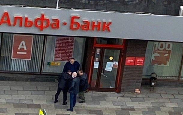 Мужчина захватил заложников в отделении Альфа-банка в Москве
