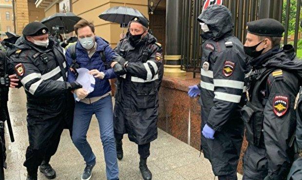 В Москве за пикеты у здания МВД задержаны более 20 человек