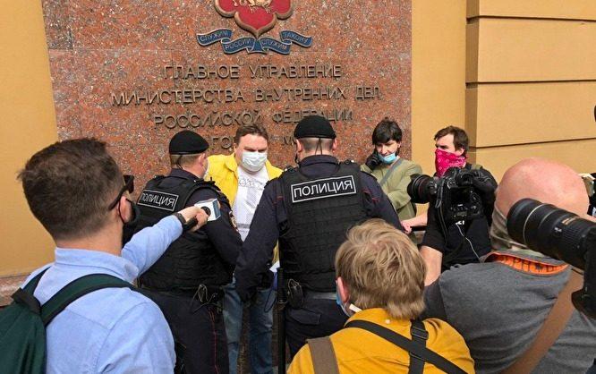 За пикеты в поддержку Ильи Азара задержаны главред «Медиазоны» и журналисты «Эха Москвы»