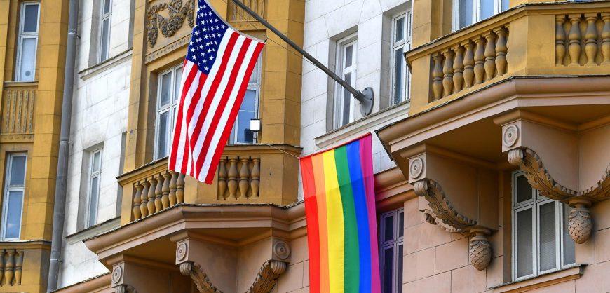 Путин прокомментировал флаг ЛГБТ на американском посольстве в Москве
