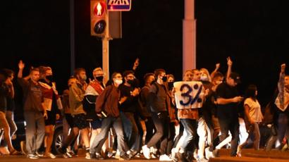 В Минске во вторник вечером продолжились протесты, силовики применяли светошумовые гранаты