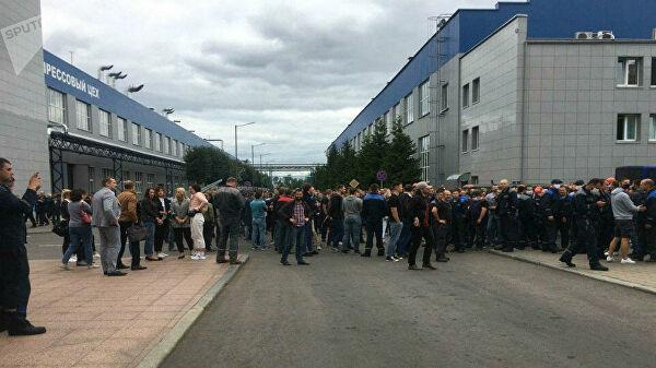 Работники БелАЗа вышли на акцию протеста и потребовали отставки Лукашенко