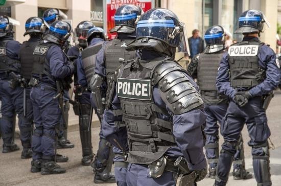 Во Франции вооруженный мужчина захватил заложников в банке