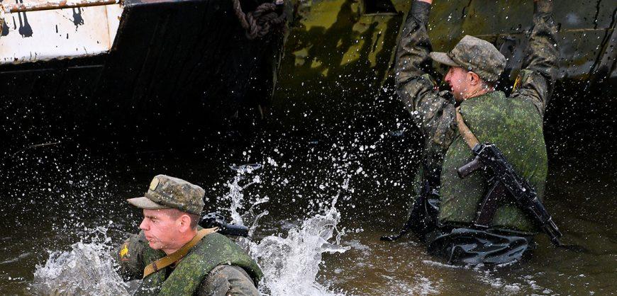 При обрушении моста во время учений Минобороны пострадали около 20 военных