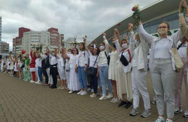 В Беларуси 250 женщин в белом провели акцию против действий силовиков